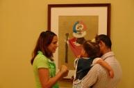 familia-cubana-mira-un-picasso-en-el-museo-nacional-de-arte-de-la-habana