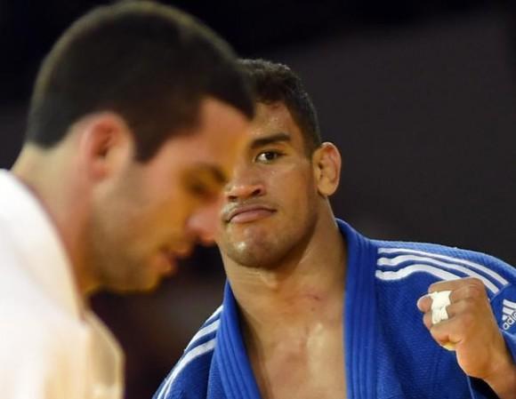 El-cubano-Magdiel-Estrada-azul-conquistó-medalla-de-oro2-580x449